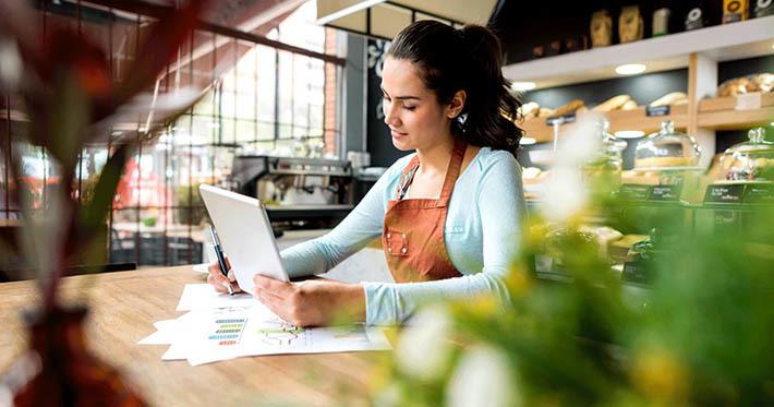 Microempreendedora cuidando de demandas financeiras de sua empresa