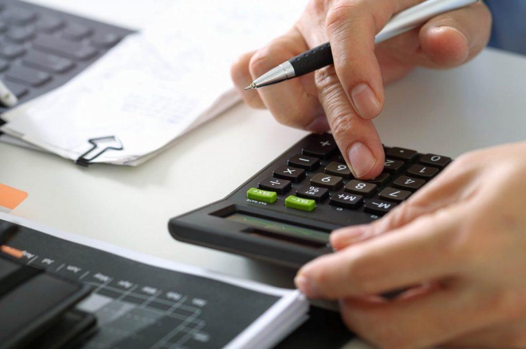 Microempreendedor cuidando de demandas de financeiro para MEI